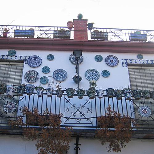 huisje Spanje met balkon en mooie borden van keramiek