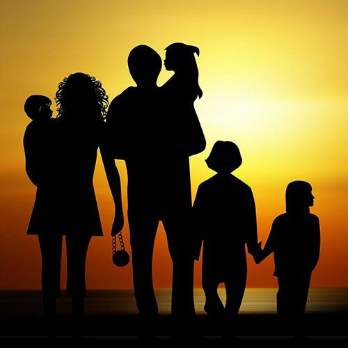 silhouettes van gezin van zes personen op het strand
