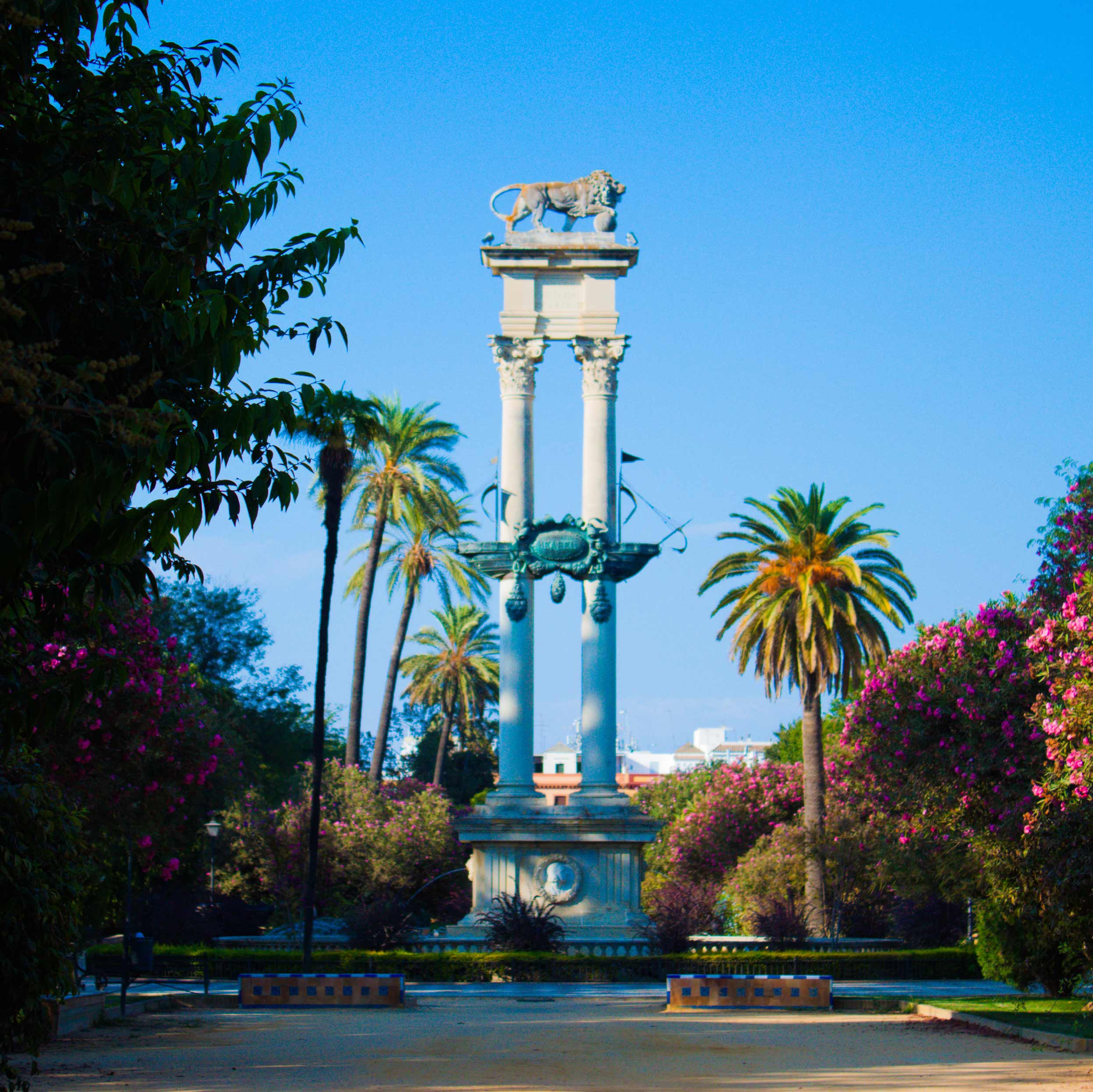 Image of the monument of Columbus in Jardines de Murillo